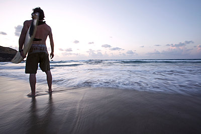 Surfer am Strand, Istmo de la Pared, Fuerteventura, Spanien - p1316m1160467 von Christoph Jorda
