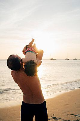 Thailand, Koh Lanta, father playing with his little daughter on the beach at sunset - p300m2005617 von Gemma Ferrando