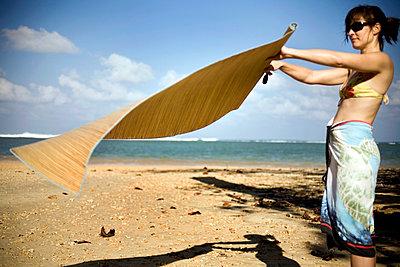 Strandmatte ausschütteln - p4890054 von Charles Gullung