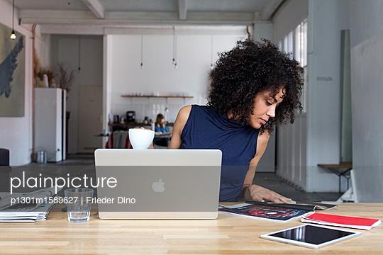 Moderne, attraktive Geschäftsfrau - p1301m1589627 von Delia Baum