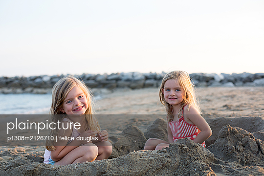 Twins at the beach - p1308m2126710 by felice douglas
