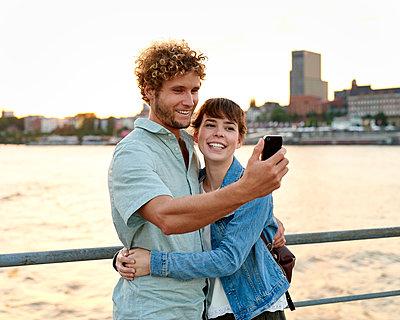 Paar macht Selfie mit Smartphone - p1124m1150163 von Willing-Holtz