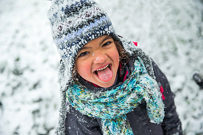Girl trying to catch snowflakes with her tongue - p1231m1511120 by Iris Loonen