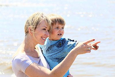Mutter mit Sohn am Strand - p1258m1573234 von Peter Hamel