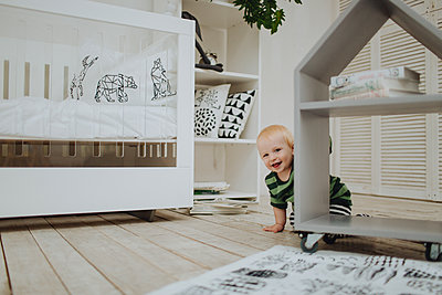 Little boy on the floor - p1414m2044864 by Dasha Pears
