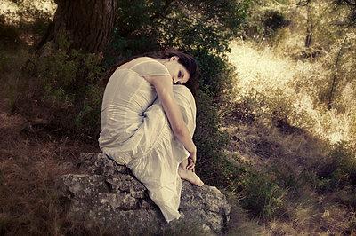 Frau in weißem Kleid - p1445m2128452 von Eugenia Kyriakopoulou