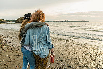 Best friends watching the sunset on the beach - p300m2023858 by Uwe Umstätter