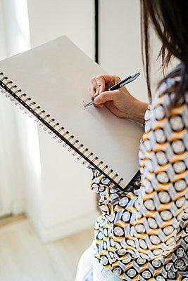 Young woman working in studio or office - p300m2274730 von Giorgio Fochesato