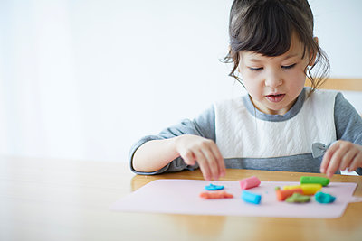Cute Japanese kid playing with clay - p307m2003757 by Yosuke Tanaka