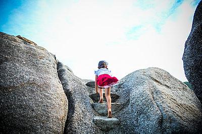 Mädchen klettert - p680m1511632 von Stella Mai