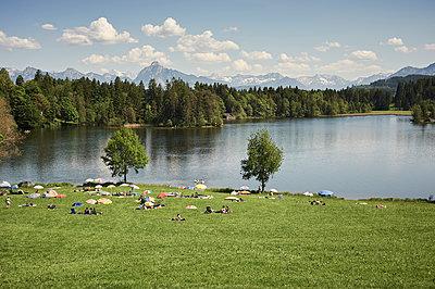 Badesee vor Bergkulisse - p900m1475991 von Michael Moser