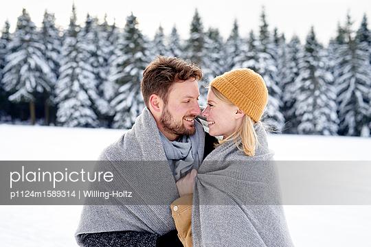 Junges verliebtes Paar im Winterurlaub - p1124m1589314 von Willing-Holtz