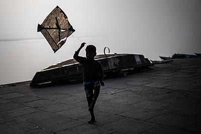 Child playing with a kite - p1007m2099074 by Tilby Vattard