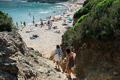 Zwei junge Frauen gehen auf einem Trampelpfad zum Strand - p1437m2008210 von Achim Bunz