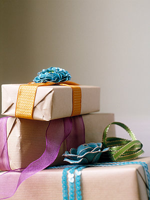 Three presents wrapped in brown paper and tied with ribbon - p349m2167784 by Polly Wreford