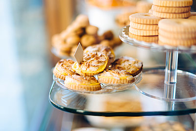 Biscuits on display in bakery window - p429m1513898 by Sofie Delauw