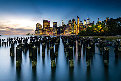 Long exposure of the lights of Lower Manhattan during the evening blue hour as seen from Brooklyn Bridge Park, New York, United States of America - p871m2074418 by Matt Parry