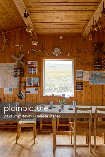 Interior of a wooden hiking cabin in Lapland - p1216m2184531 by Céleste Manet