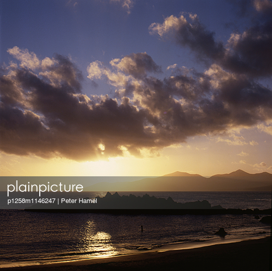 Sonnenuntergang am Strand von Puerto del Carmen - p1258m1146247 von Peter Hamel