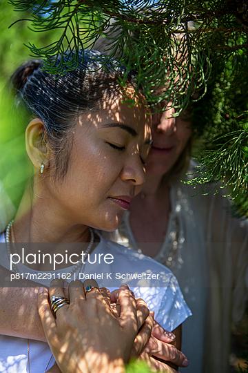 Lesbian couple embracing, portrait - p817m2291162 by Daniel K Schweitzer