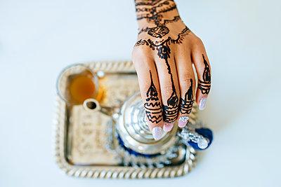 Morocco, woman's hand with henna tattoo, close-up - p300m1549415 by Kiko Jimenez
