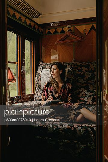 Frau im Orientexpress - p600m2073010 von Laura Stevens