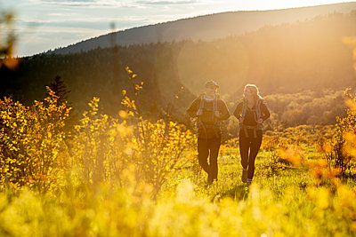 Couple hiking at Mount Rogers in Virginia. - p1166m2261244 by Cavan Images