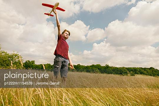 Kind mit Spielflugzeug - p1222m1154539 von Jérome Gerull