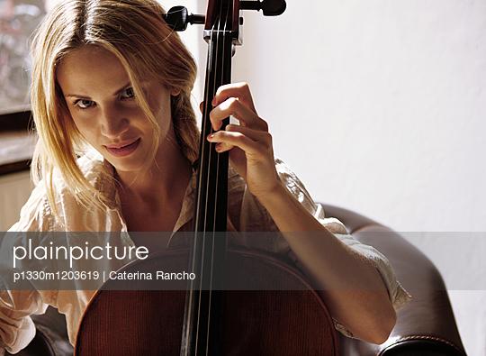 Frau mit Cello  - p1330m1203619 von Caterina Rancho