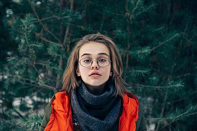 Teenage girl with glasses by pine tree - p1427m2077561 by Vladimir Serov
