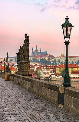 Europe, Czech Republic, Prague, Charles Bridge - p651m2006861 by Mark Sykes