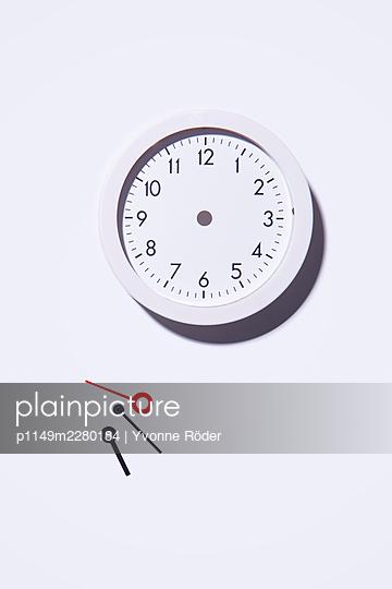 Broken clock - p1149m2280184 by Yvonne Röder