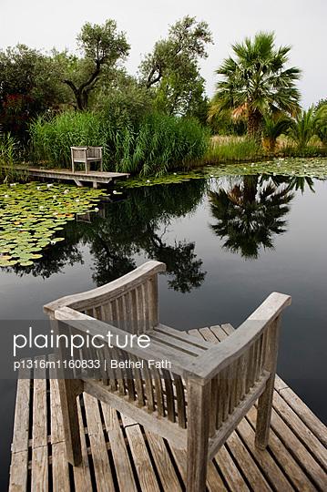Stühle an einem Seerosenteich, Algarve, Portugal - p1316m1160833 von Bethel Fath