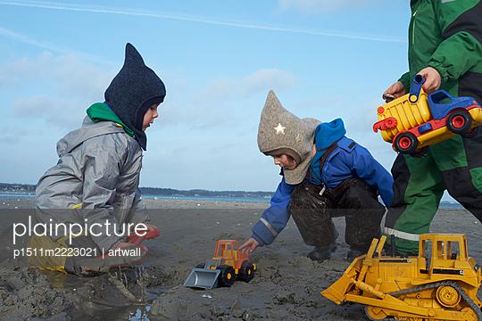 Kinder buddeln im nassen Sand  - p1511m2223021 von artwall