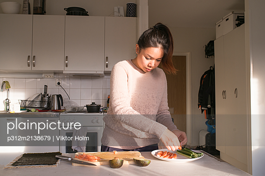 Woman preparing food in kitchen - p312m2138679 by Viktor Holm