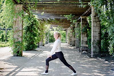 Frau beim Sport im Park - p1325m1445863 von Antje Solveig