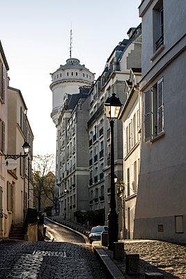 Empty cobbled alley, Paris, France, shutdown due to Covid-19 - p1329m2177978 by T. Béhuret