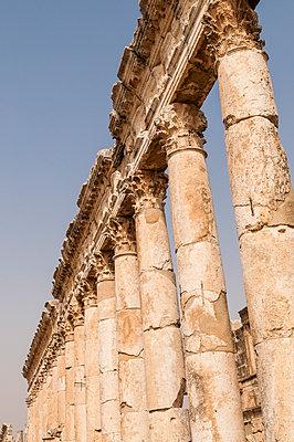 Ruinen der antiken Stadt Apameia im Norden Syriens - p1493m2063550 von Alexander Mertsch