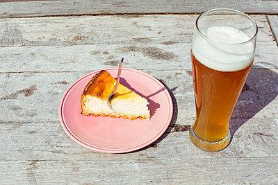 Bier und Kuchen - p432m1132459 von mia takahara
