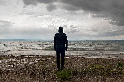 Mann am Bodensee - p470m1134332 von Ingrid Michel
