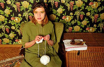 Frau beim Stricken - p1650056 von Andrea Schoenrock