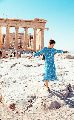 Frau läuft über das Akropolis-Gelände - p432m1541648 von mia takahara