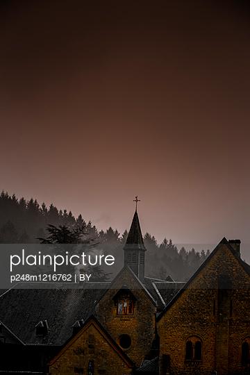 Kloster im Winter - p248m1216762 von BY