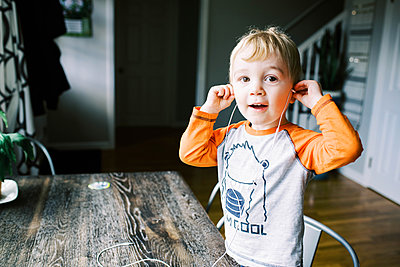 Little boy listening to music. - p1166m2162679 by Cavan Images