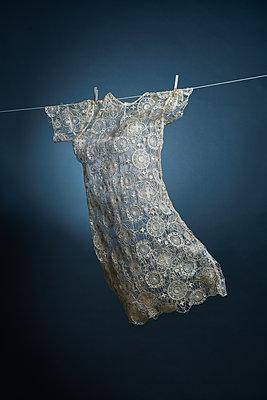 Dress hanging on clothesline - p1376m2065725 by Melanie Haberkorn