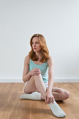 Sitzende Frau - p305m1000426 von Dirk Morla