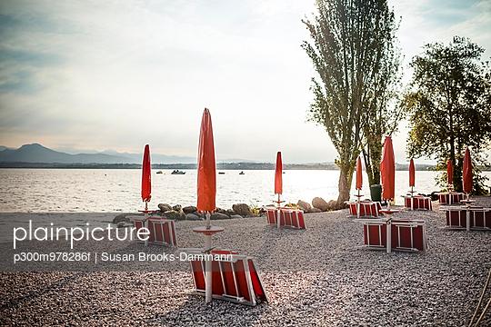 Italy, Peschiera del Garda, Lake Garda, coast at early morning - p300m978286f by Susan Brooks-Dammann