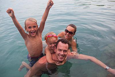 Famile glücklich beim schwimmen - p045m1574425 von Jasmin Sander