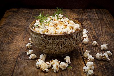 Homemade popcorn with rosemary and parmesan - p300m2012845 von Larissa Veronesi