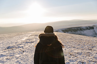 Mid adult woman looking at view, Llyn y Fan Fach, Brecon Beacons, Wales - p429m1014603 by Philippa Langley